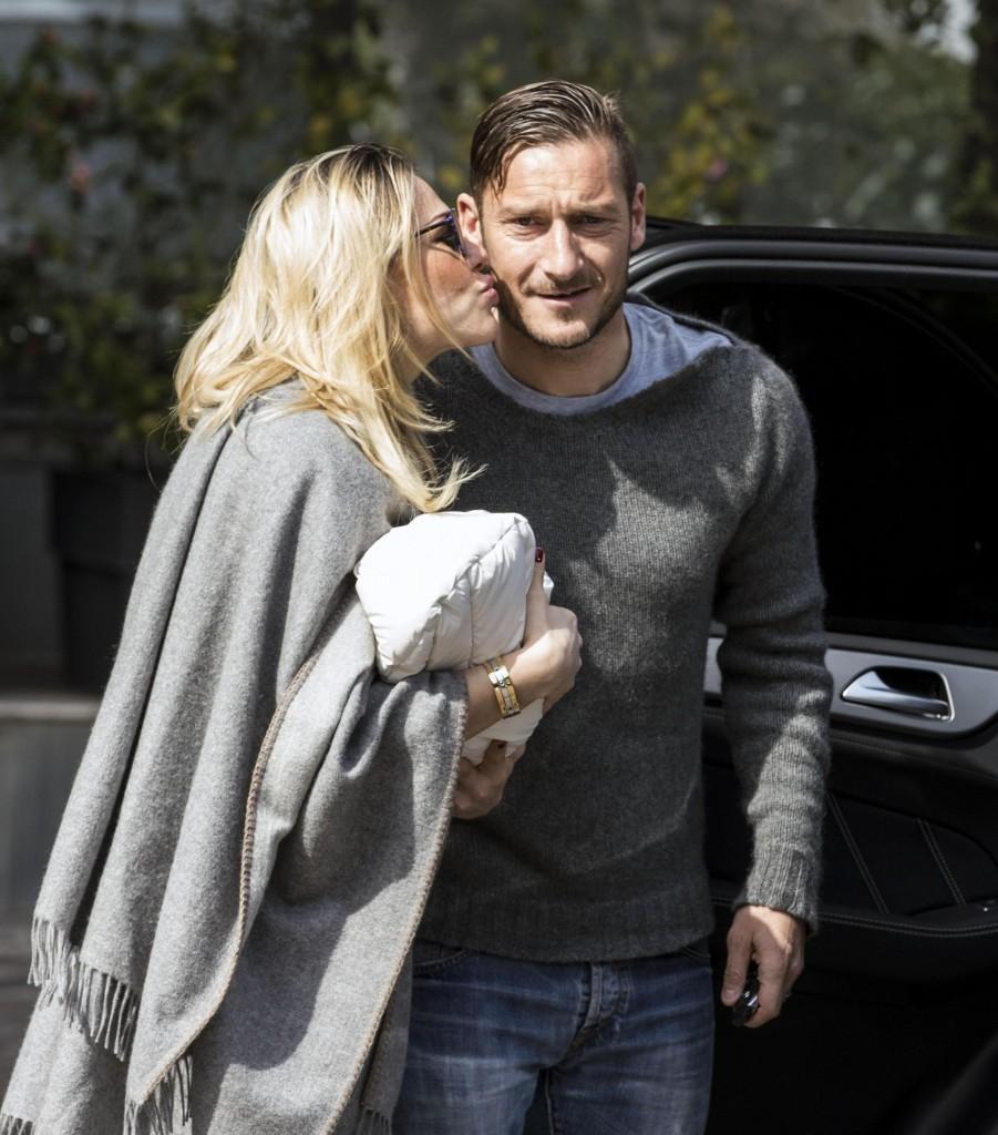 Calcio: Totti papà per la terza volta, mamma e bimba lasciano clinica