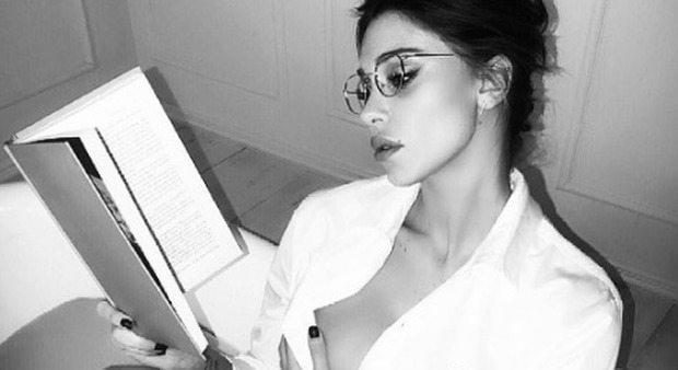 Belen maestra sexy: libro, occhiali e... con la camicia birichina va fuori di seno