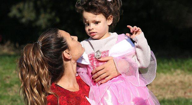 Dayane Mello, sexy stretching al parco interrotto dalla figlia