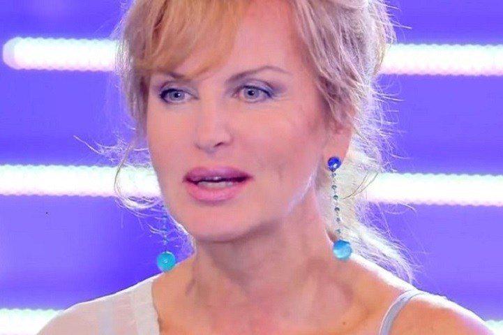 """Dalila Di Lazzaro a DomenicaLive: """"Stuprata a 6 anni, poi le violenze da un milionario"""""""