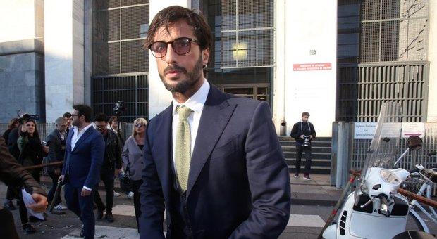 Fabrizio Corona, nuovi guai: festa a casa durante i domiciliari, blitz dei carabinieri. Il legale: «Non ha divieto di incontro»