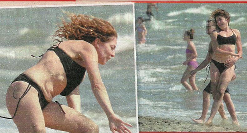 Claudia Gerini in bikini, sirenetta in spiaggia... Ma rischia il capitombolo