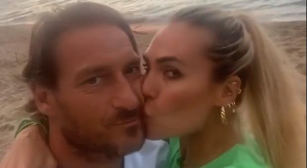 Francesco Totti Ilary Blasi e il bacio sulla spiaggia davanti a tutti